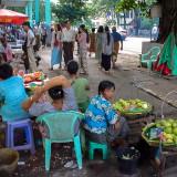 路上の物売り@ヤンゴンのダウンタウン