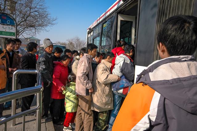 バスに乗り込む人たち@北京前門