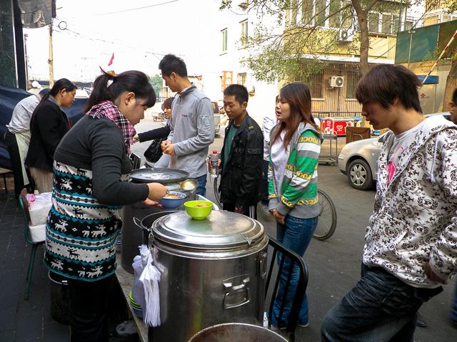 屋台で朝食の中国人も多い@北京宣武門