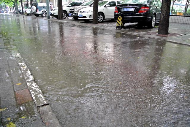 住宅街の道路は少しの雨で冠水@北京