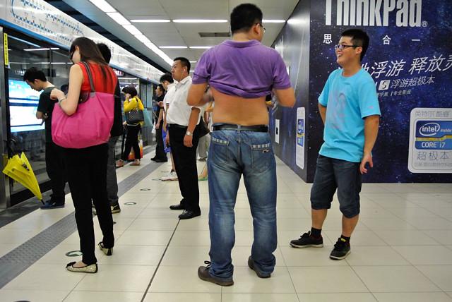 中国の夏の名物?腹出し男@北京の地下鉄
