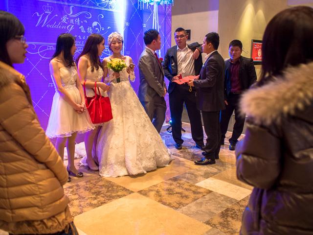ロビーで出迎える新郎新婦@紹興咸亨酒店