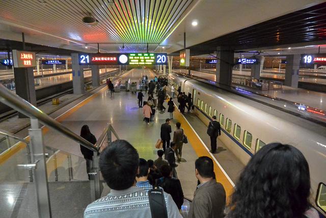 やっとプラットホームに降りる@上海虹橋駅