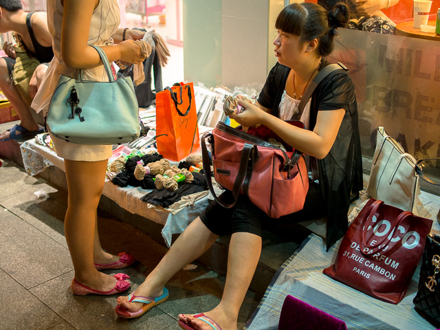 路上のかばん店 買う方もじっくり@北京北新橋