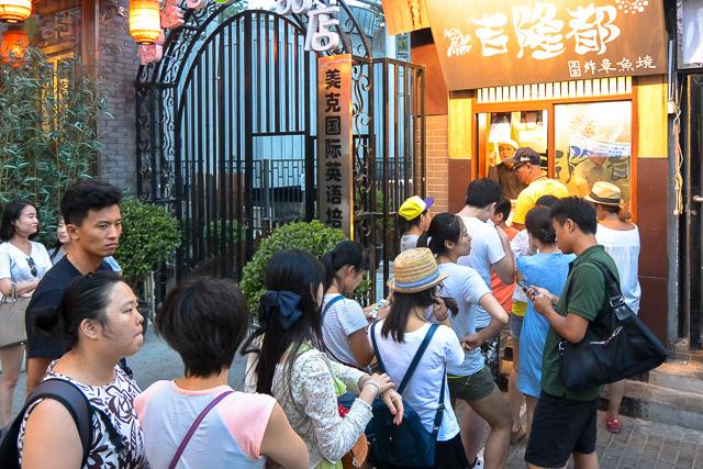 行列のできるたこ焼き屋@北京