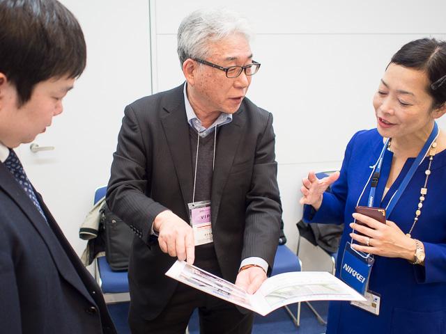 主催者と懇談する奥村上虞区経済顧問@東京ビックサイト