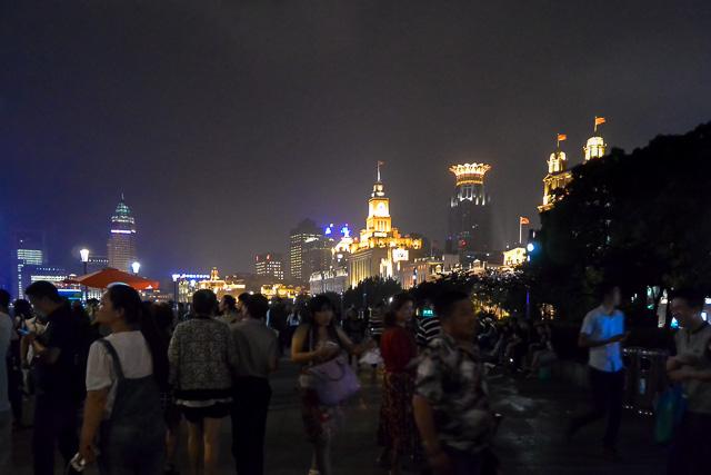外灘の遊歩道はいつも人が一杯@上海