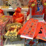 中国みやげは赤色の洪水@北京空港